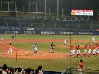 �B20160717_女子プロ野球_点が入り出迎え.JPG